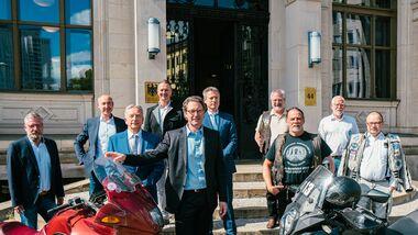 Bundesverkehrsminister Andreas Scheuer mit IVM, BVDM, Biker Union, Initiative Schräglagenfreiheit