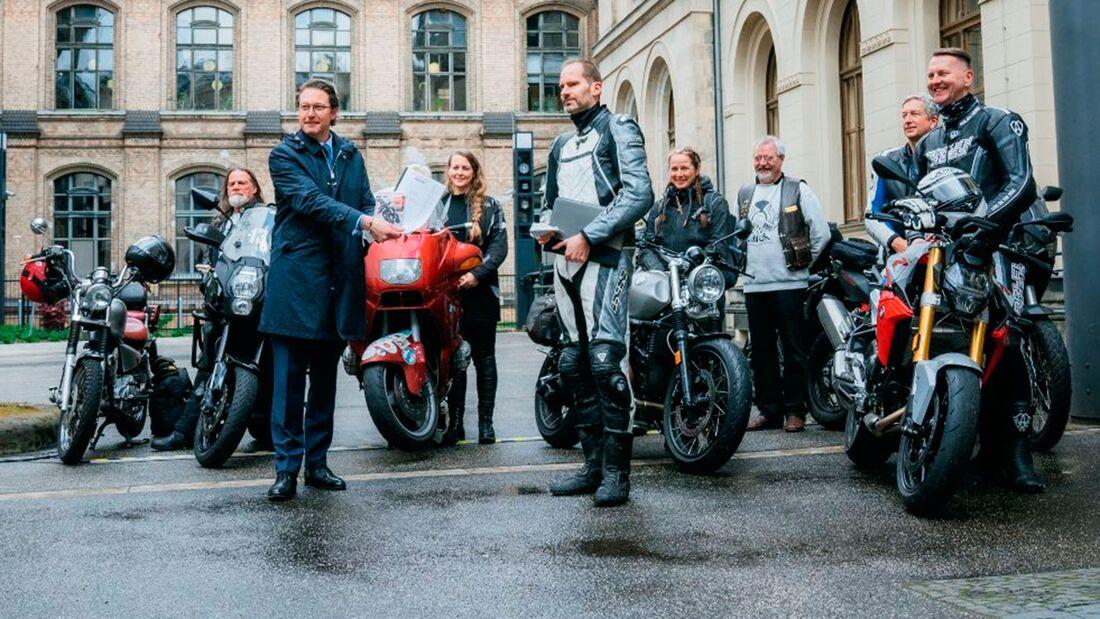 Bundesverkehrsminister Scheuer und Motorradfahrer