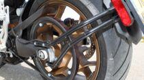 Das große Rad gedreht: Ohne Getriebe muss es die Sekundärübersetzung richten – das Zahnriemenrad besitzt 90 Zähne.