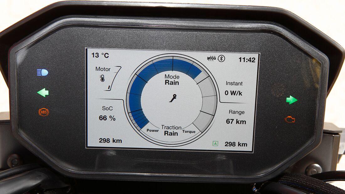 Im TFT-Display wird die wichtigste Info zentral präsentiert –  der Kreis (blau) zeigt den Ladezustand des Akkus an.