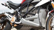 Kompakt-Klasse: Der derzeit größte Akku (14,4 kWh) im Motorradbau fügt sich harmonisch zwischen die Rohre des Gitterrohrrahmens.