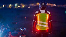 Lichter an Motorradkleidung und Motorradhelmen