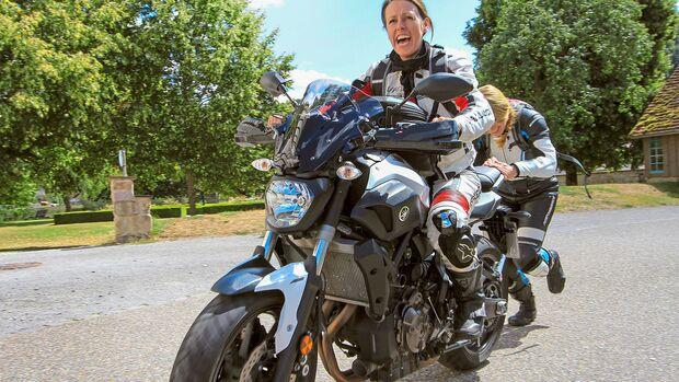 Motorradfahrerinnen Frauen Motorrad rangieren schieben