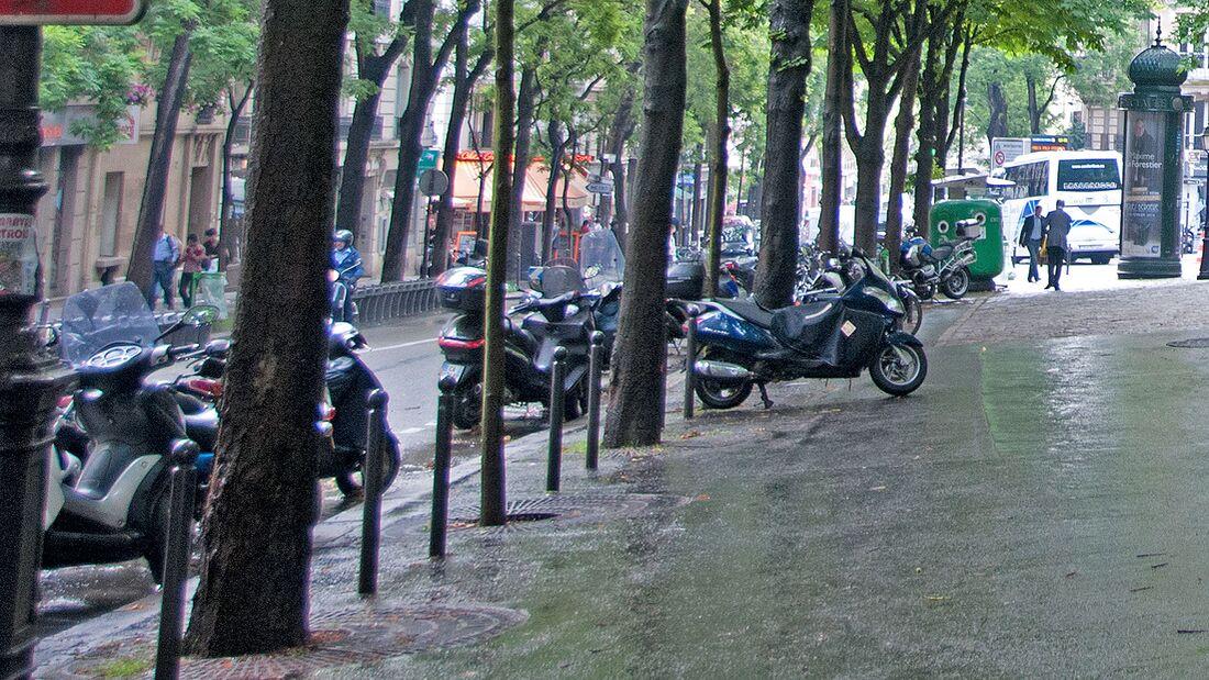 Paris Motorrad parken Gehweg