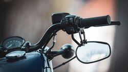 Rückspiegel unterm Lenker am Motorrad Harley-Davidson-Forty-Eigh Detail