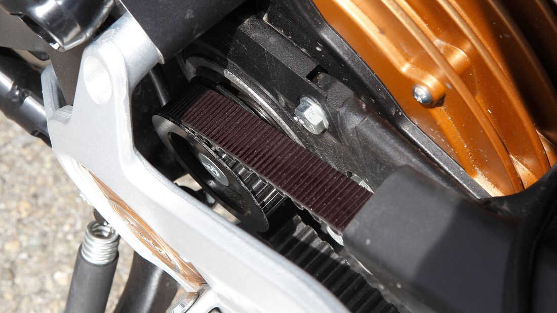 Schlaues Konzept: Das Antriebsritzel sitzt koaxial auf der Schwingenachse. Dadurch bleibt die Spannung des Zahnriemens konstant. Lastwechselreaktionen gibt es praktisch nicht.