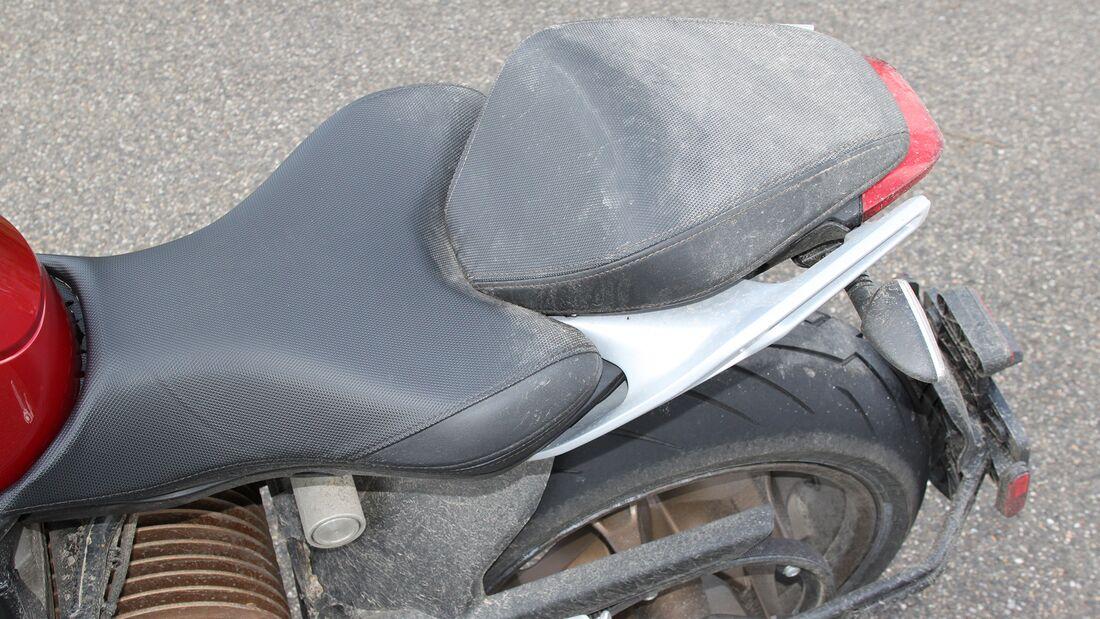 Schmutziges Heck: Bei Regen lässt das luftig gestaltete Rahmenheck viel Straßendreck nach oben. Nicht unüblich bei modernen Naked Bikes.