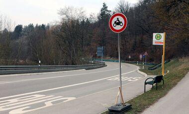 Verkehrsschild Streckensperrung Motorradfahrverbot