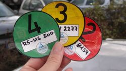Wer etwa mit einer roten Plakette in eine Umweltzone fährt, riskiert ein Verwarnungsgeld in Höhe von 40 Euro – normalerweise.